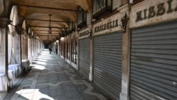 Walking through the streets of the lagoon city at the time of the coronavirus