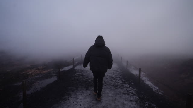 vídeos de stock e filmes b-roll de walking through thick fog on iceland - seguir atividade móvel