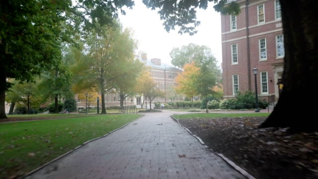stockvideo's en b-roll-footage met wandelen door unc-chapel hill's campus - universiteit
