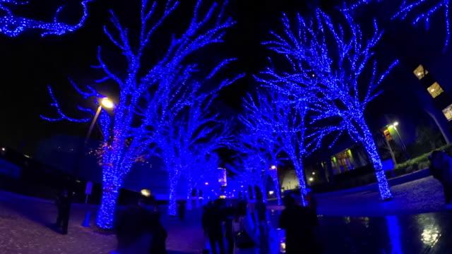 東京都渋谷の冬の夜のイルミネーションを歩く - 夜遊び点の映像素材/bロール