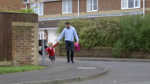 stockvideo's en b-roll-footage met wandelen naar school voor de eerste keer - alleenstaande vader