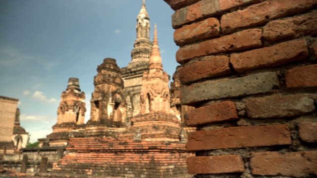 stockvideo's en b-roll-footage met lopen om te zien is een van de kerk achter de muur in wat mahathat, sukhothai, thailand - menselijke rug
