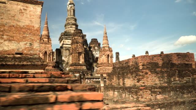 walking to see wat mahathat, sukhothai, thailand - dorso umano video stock e b–roll