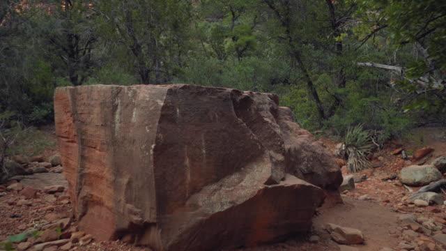 ボルダーと崖に向かって歩く - boulder rock点の映像素材/bロール