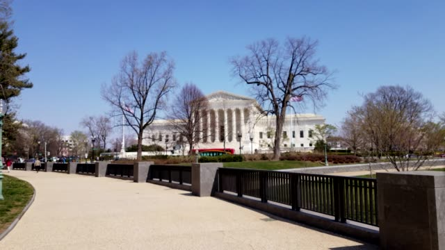 vídeos de stock e filmes b-roll de walking toward the supreme court of the united states in washington, dc - column
