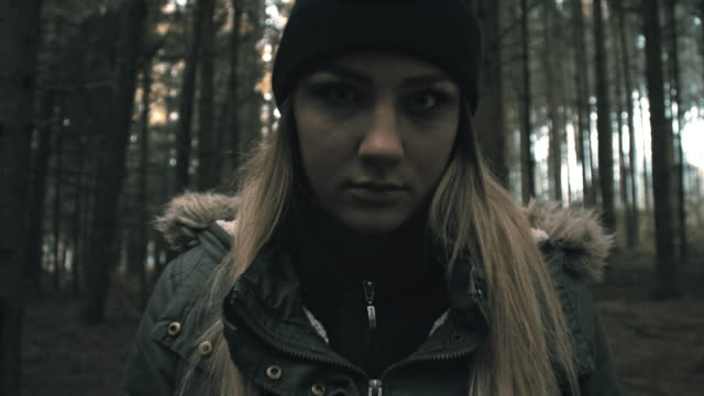 vídeos y material grabado en eventos de stock de punto de vista de un joven caminando hacia scary mujer mirando - perseguir