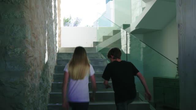 stockvideo's en b-roll-footage met walking up stairs - 12 13 jaar