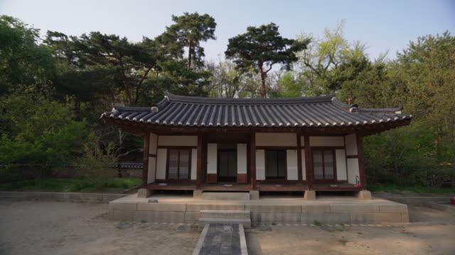pov, walking up to traditional house in south korea - 名所旧跡点の映像素材/bロール