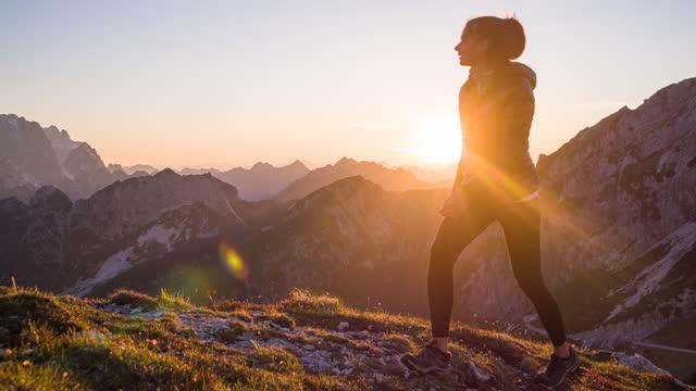 bergauf in den bergen, beleuchtet von sonnenuntergangslicht - klippe stock-videos und b-roll-filmmaterial