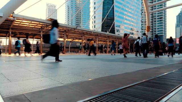 vídeos y material grabado en eventos de stock de camino a pie en bangkok - señal de salida señal de dirección