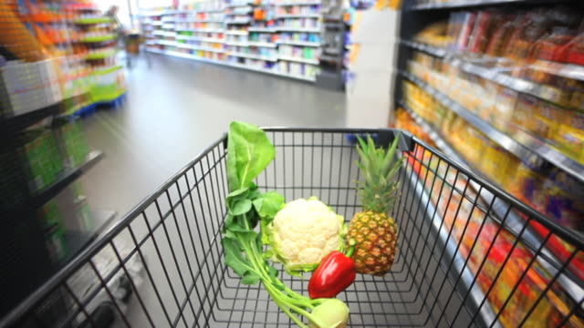 stockvideo's en b-roll-footage met tl walking with shopping card in supermarket - supermarkt