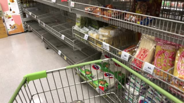 vídeos de stock e filmes b-roll de walking with shopping cart in supermarket , empty shelf with out product , crisis from covid-19 fever - prateleira objeto manufaturado