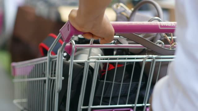 vidéos et rushes de marche avec panier d'achat - plein