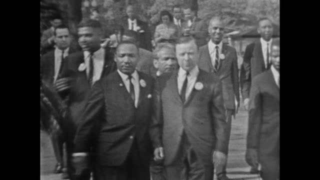 vídeos de stock e filmes b-roll de mlk walking with walter reuther president of the united automobile workers - 1963