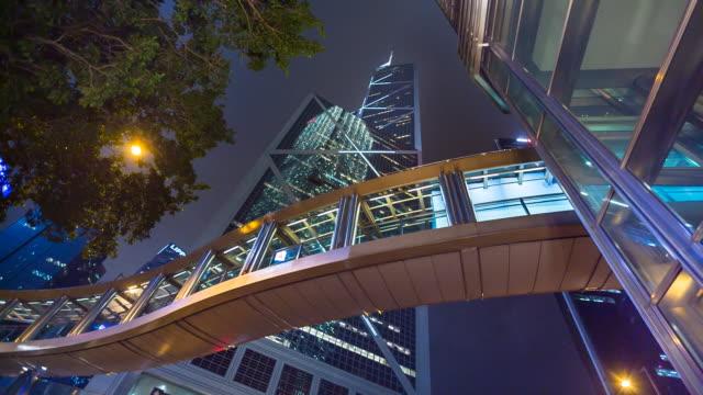 vidéos et rushes de ws walkway and bank of china building in central hong kong at night - central district de hong kong