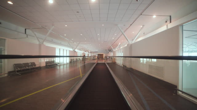 stockvideo's en b-roll-footage met walkway conveyor belt airport point of view. manila ninoy aquino international airport - voetgangerspad