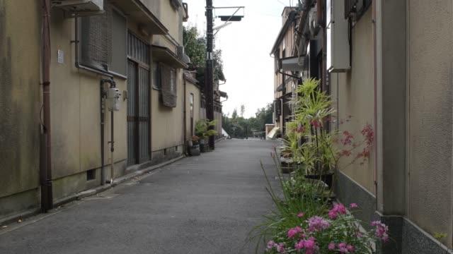 a walkway in ninenzaka alley, kyoto, japan - 路地点の映像素材/bロール