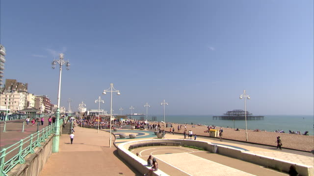 stockvideo's en b-roll-footage met a walkway leads to an elevated gazebo above brighton pier. available in hd. - gazebo