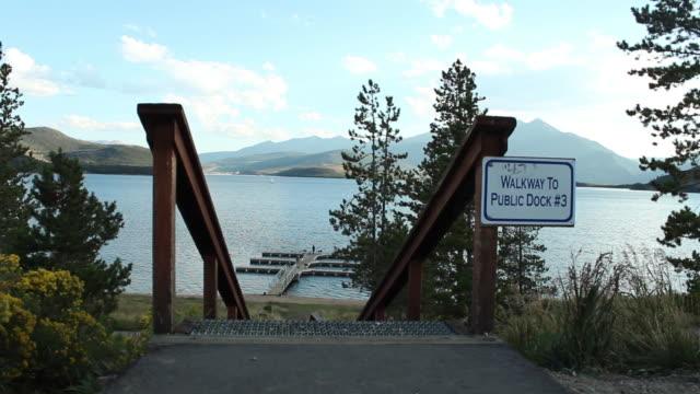 vídeos de stock e filmes b-roll de walkway signage near a small dock - escrita ocidental