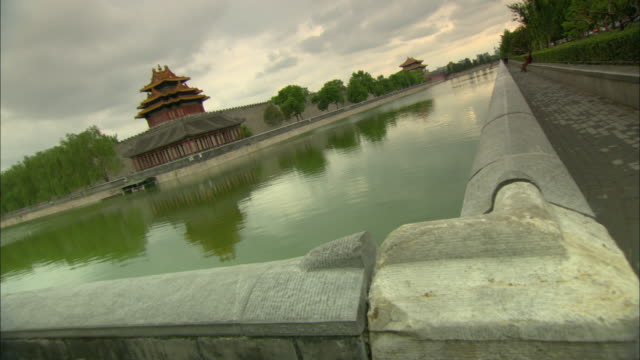 ws wall and lake surrounding forbidden city, beijing, china - surrounding wall stock-videos und b-roll-filmmaterial