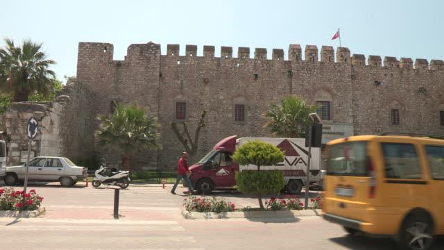 vídeos de stock e filmes b-roll de wall and traffic, kusadasi, turkey - carrinha veículo