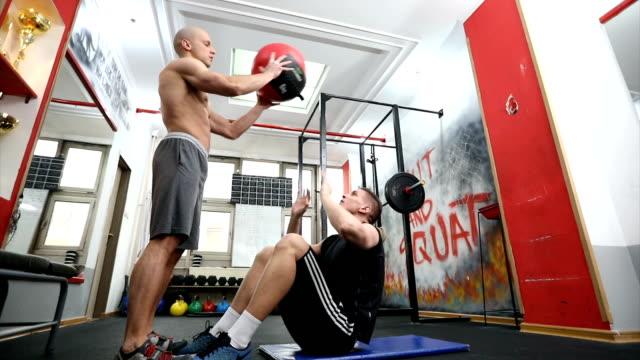 壁のボール トレーニング - 男の友情点の映像素材/bロール