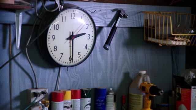cu wall clock in workshop, live oak, florida, usa - einige gegenstände mittelgroße ansammlung stock-videos und b-roll-filmmaterial