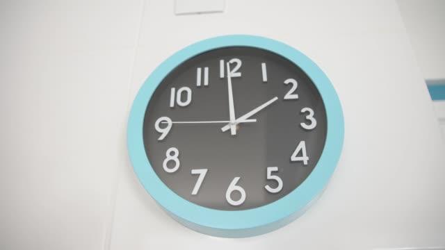 vídeos y material grabado en eventos de stock de reloj de pared. - pared