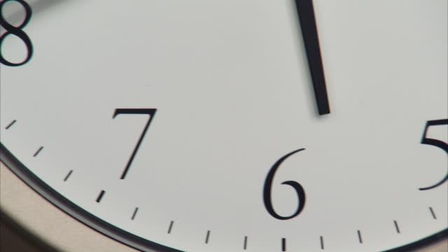 t/l, ecu, wall clock - 極端なクローズアップ点の映像素材/bロール