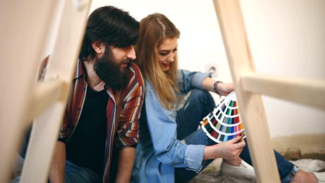 vidéos et rushes de décisions de couleur mur - bricolage