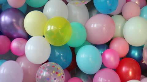vídeos y material grabado en eventos de stock de pared llena de globos coloridos - fondo colorido