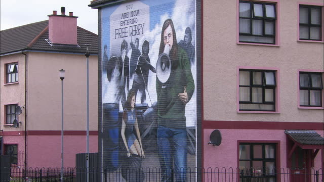 wall mural (now entering free derry, londonderry), derry, northern ireland - derry northern ireland stock videos & royalty-free footage