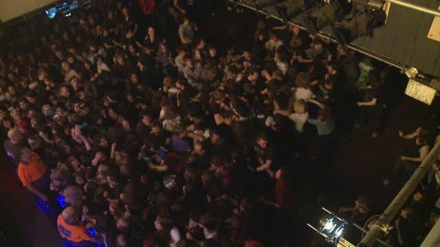 vídeos de stock, filmes e b-roll de slo mo ws ha 'wall of death' at popular hard rock concert / london, united kingdom - jogando se na multidão