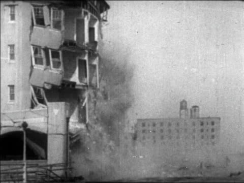wall of hotel collapsing / long beach, california / newsreel - 1926年点の映像素材/bロール