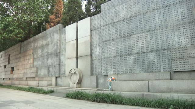 ws wall of names outside memorial hall of nanjing massacre / nanjing, jiangsu, china - massenmord stock-videos und b-roll-filmmaterial