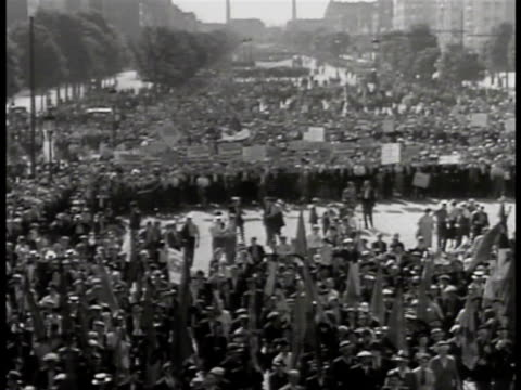 vidéos et rushes de wall poster for le front populaire ha ws people demonstrating on avenue of champs elysees people walking in demonstration signs one for association... - 1934