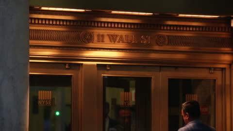 wall street and new york stock exchange in new york city, new york, u.s. on friday, october 19, 2018. - fronton bildbanksvideor och videomaterial från bakom kulisserna
