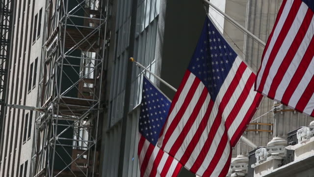 wall street and new york stock exchange in new york city new york us on friday october 19 2018 - ペディメント点の映像素材/bロール