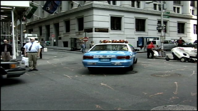 stockvideo's en b-roll-footage met wall street intersection with people and traffic in nyc - lower manhattan