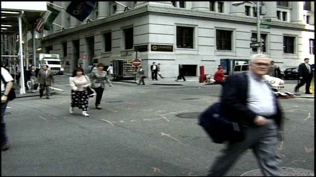 stockvideo's en b-roll-footage met wall street intersection with people and traffic in nyc - wall street lower manhattan