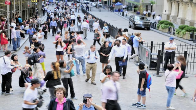 wall street, lower manhattan, new york city, usa time lapse: wall street, manhattan, new york on august 15, 2013 in new york city, new york - 2013 stock-videos und b-roll-filmmaterial