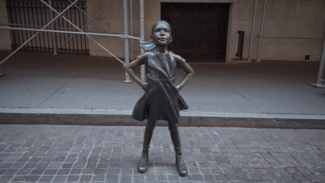 """vidéos et rushes de wall street new york city. detail shot of """"fearless girl"""" statue by kristen visbal looking up at the stock market . filmed during the coronavirus... - courage"""