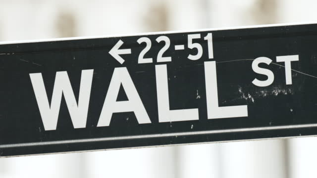 stockvideo's en b-roll-footage met wall street sign at the new york stock exchange . - straatnaambord