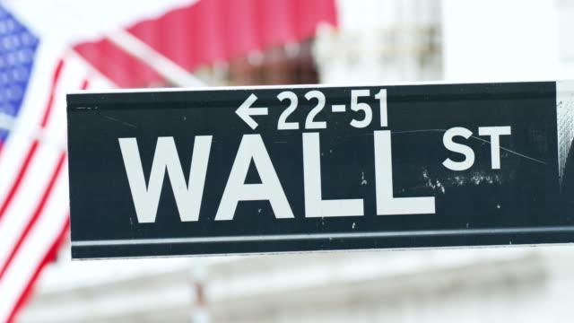vídeos y material grabado en eventos de stock de wall street sign at the new york stock exchange . - señal de nombre de calle