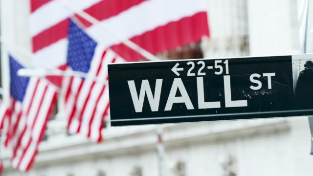 stockvideo's en b-roll-footage met wall street sign at the new york stock exchange - straatnaambord