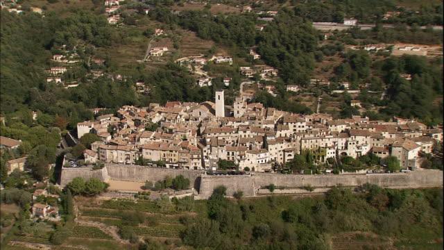 a wall surrounds the village of st. paul de vence. - region provence alpes côte d'azur stock-videos und b-roll-filmmaterial