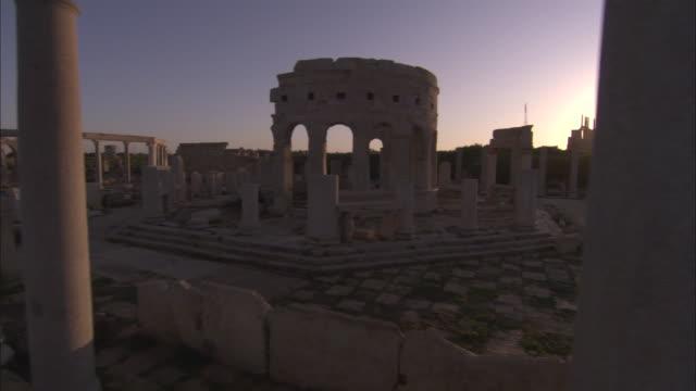 ws pan walls and stone columns of roman ruins of leptis magna / al khums, al khums district, libya - romerska riket bildbanksvideor och videomaterial från bakom kulisserna