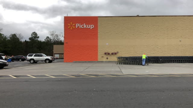 vídeos de stock, filmes e b-roll de walmart super shopping center in north georgia. walmart inc. is an american multinational retail corporation that operates a chain of hypermarkets,... - parking