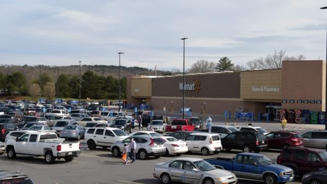 stockvideo's en b-roll-footage met walmart super shopping center parking lot in north georgia usa - wal mart