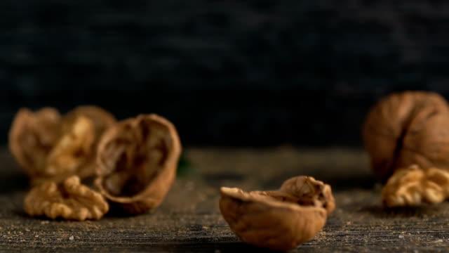 クルミは木製の背景にそれを注がれ - ナッツの殻点の映像素材/bロール